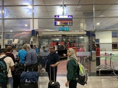 クアラルンプール空港には30分早く5:30に到着 いつもはプラザプレミアムラウンジでまったりしてから入国しますが、今日はイポーへの移動があるので、そのまま出国したところ、がら空きでびっくり! 入国カウンターの様子が変わっていました 6時過ぎにはサクッと入国できたので、KLセントラルまでは6時半発のエアポートコーチ社のバスで行きます(12RM=約312円)
