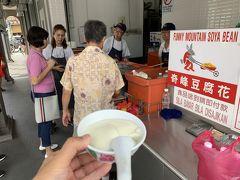 もやしチキンを堪能して、歩いていると大勢の人が並んでるお店「奇峰豆腐花」がありました。 ほかほかのお豆腐に甘めの密がかかったデザート3RM(=78円) ふわふわプルンで大豆の味が残っていて美味です♪