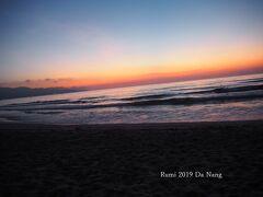 ◆2日目◆  昨晩寝たのが結局1時過ぎで朝は4時起き・・・だけど・・・ スッパーーーンって目覚めました♪ 顔を洗って日焼け止めクリームだけ塗って すっぴんでビーチへGO!  こんな朝早いのに 海岸をウォーキングする人が居たりして。。。 暑い土地なので運動するなら今だよね!!!(*_*) 明るくなりかけの静寂な空気の中で映え~~~な写真撮りまくりです