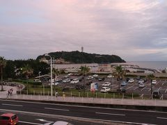 鎌倉駅からは江ノ電に乗って夕焼けの江ノ島へ。 虹が出てきて、観光客は大喜びでした。