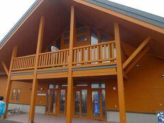 野付半島ネイチャーセンターに到着します。  比較的新しい感じの建物です。