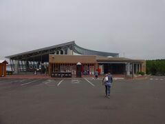 そしてたどり着いたのは、スワン44ねむろという道の駅。  渡り鳥であるハクチョウが飛来する風蓮湖沿いに建っています。