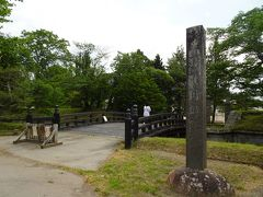 出会いの館で予備知識を仕入れ、いざ龍岡城址へ。 大手門跡にある橋を渡ります。