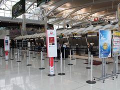JALのカウンター  見ての通りガラガラなのですぐに終わり 手荷物検査へ こちらは行列でしたが ステイタスでの優先レーンがあったのですいすい~ ステイタスに感謝☆彡