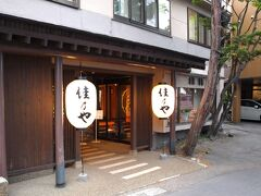 湯畑直前に今回お世話になる宿「佳乃や」(  https://yoshinoya932.com/    )に到着。(駐車場も近くにあり最高)