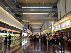5/23の早朝、羽田空港第1ターミナルへ! スターフライヤーの福岡行きは、第2ではなく第1。  第1ターミナルの利用って、何年ぶりだろう? こんな機会でもない限り、来なくなってしまったな。