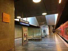 早朝のハノーファー空港駅には遅延することなく定刻に到着。 人も数えるほどで、がらーんとした感じでした。