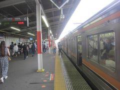 武蔵野線に乗り換え 武蔵野線は10分に1本と東京近郊の電車にしては本数が少ないですが、ホームに着くと既に電車が止まっていたのですぐに出発できました