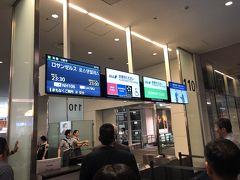 時間になったので愛用のNH106便に乗り込みます。シカゴに行くのに当初は土曜日の直行便を取っていたのですが、急遽LAX経由に切り替えました。