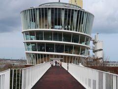 ビュー福島潟という地下1階、地上7階、高さ29m。3階からは全面ガラス張りで360度の展望が楽しめる施設がありました。