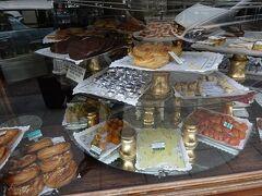 今度は伝統的なお菓子を売っています カサミラさんへ