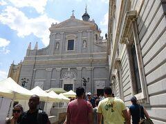 一時間程、王宮を堪能した後は 南隣にあります・アルムデナ大聖堂へ向かいます