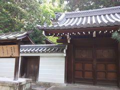 「花園天皇陵(十樂院上陵)」の門がありました。 http://www.kunaicho.go.jp/ryobo/guide/095/