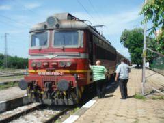 カルロボ駅で北行きの山の裾野を旅する客車に乗り換えます。