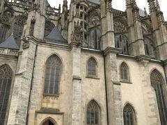 聖バルバラ教会のファサード。  精巧な装飾の尖塔に目を奪われます。
