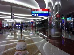 お世話になったCAさんにお礼を言って飛行機を降りた後、アラブ首長国連邦へ入国します。 ここはどうやらターミナル3コンコースAにいるようです。