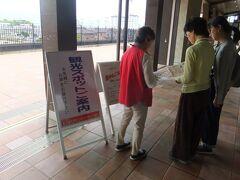 長浜駅で下車したら、丁度無料の街歩きボランティアツアーをやっていたので、参加してみました。観光施設への入場は後回しで、ガイドさんが街をぶらぶら歩きながら解説、ちょっとブラタモリ気分(笑)。
