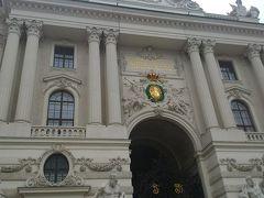 Wien Quartier Belvedere駅から18番の市電に乗ってSchlachthausgasse駅でU6に乗換えHerrengasse駅下車、10時にホーフブルク王宮にやってきた。