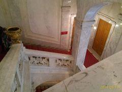 11時半、シシィ博物館への階段、ここにはエレベータがなく、長い階段を上がるしかない。しかし、この美しい階段は昔、ヨーゼフ皇帝やシシィも歩いた場所だ。 シシィ博物館の売店でスワロフスキーのガラスの爪やすり@7.9ユーロを4本(帰国したら1本折れていた)と紅茶100g7.9ユーロを2缶土産に買った。この売店の店員に知的な東洋系美女がいた。日本人だった。JCBカードが使えた。シシィ博物館の出口も同様に長い階段を下りる必要がある。