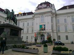 13時半、世界一美しいと言われる、オーストリア国立図書館へ行こうと、ヨーゼフ広場にやってきた。シシィ博物館の出口が地図のどこなのかがわからず、ここを探すのに少し迷った。