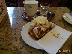 14時、カフェホーフブルクでランチ。 写真奥はコーヒーにたっぷりのミルクが入った、シシィコーヒー5.6ユーロ。 手前は「KAISER JAUSE」(皇帝スナック)10.2ユーロにセットのアプフェルシュトゥルードル。メランジェとのセット。