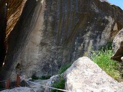 世界遺産の「ゴブスタンの岩絵の文化的景観」は泥火山の近所にあります。 古代の人達が残した60万以上の岩絵のごく一部が見られる場所です。 自然の博物館そのものです。