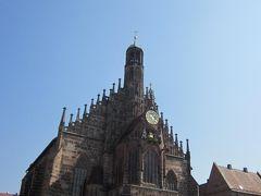 聖母教会(フラウエン教会)はファザードが特徴的です。正面中央に仕掛け時計があります。屋根との境の装飾が見事です。