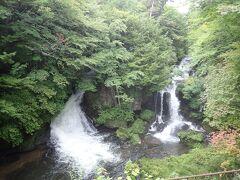 竜頭の滝まで下りてきました 二つに分かれた川の流れが見事です