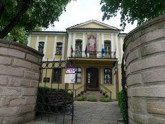 こちらの黄色の建物は「ボヤジエフの家」。 19世紀に、医師でありブルガリア解放運動家でもあった人のお屋敷で、現在はブルガリアの画家ズラトュ・ボヤジエフのギャラリーになっている。