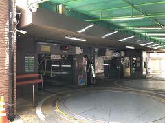 ホテルオークスの駐車場に車を入れます。 一般でも駐車可です。 そして、直ぐ側のバロン妻のお目当ての場所に行きます。