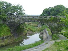 続いて、隣接する岩本橋へ(というか、「荒尾ときめき市」が岩本橋の駐車場の一画にあると言った方が正しいのですが)。 岩本橋は江戸時代末期に造られた眼鏡橋です。比較的保存状態が良く、周囲も親水公園風に整備されています。
