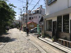 壺屋やちむん通りは、琉球石灰岩を敷き詰めた400mほどの通りに、約50の窯元やショップ、カフェなどが並んでいる。  今回の沖縄の旅、最終日にして初めてのピーカンの晴天。 まだ10頃だというのに、さすが、沖縄。やっぱり、日差しが半端なく厳しい。