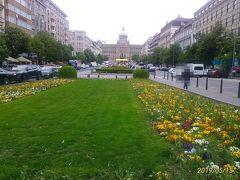 9時50分、ホテルエリゼの入り口前は、プラハの春で有名なヴァーツラフ広場だ。この日は5月というのに気温が2-3℃ととても寒かったが、公園の花が咲いていたので、ここ数日だけの異常気象なのだろう。 朝一番にプラハ城に行くために、ヴァーツラフ広場の南にある、Václavské náměstí電停から9番の市電に乗り。車内で24時間チケットに刻印を入れた。プラハ市内は市電が縦横無尽に走っており、便利だが、駅名が読めないし、覚えられない。