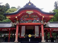鮮やかな朱色と美しい装飾が施された社殿には境内から切り出された杉も使われているそうです。