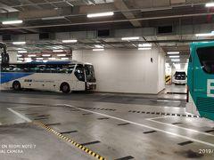 地下鉄1号線を東大邱駅下車。 日本で予約しておいたムグンファ号の発車時間までごくわずかの時間を利用して、東大邱駅乗換センター(バスターミナル)へ。 3階建てのバスターミナルで、全国各地への高速バスが発着する。 東大邱駅周辺の複数のバス乗降場を集約したもの。 いわばバスタ新宿の大邱版...。であるが、大邱の方がはるかに立派。 発着場は3層に分かれており、余裕があるつくり。何より多数の待機スペースがあり、運転手さんも折り返しでゆっくり休める。バスタ新宿にはほとんど待機スペースがないので、到着後どこかの車庫まで回送してますね。 新宿から30分くらいかかる永福の京王バス車庫に地方のバスがたくさん休んでいるのを見ると、運転手さんが可哀想になります。