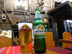 お腹の調子がそこまで良くなかったけど、ブルガリアに入ってからまともな食事を食べていなかったので、ホテル近くのレストラン、Hadjidraganov's Housesへ。 通された席の真横で店長さん?が帳簿付けしてて、ちょっと落ち着かなかった。  まずはビール。