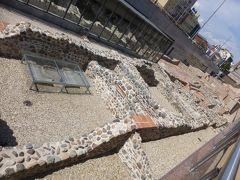 地下鉄セルディカ駅の横にある遺跡。