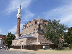バーニャ・バジ・ジャーミヤ。 1566年に建てられたモスク。建物の前に人がたくさんいて、入りずらそうで、中には入りませんでした。