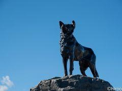 バウンダリー犬の像。開拓時代の放牧地で柵のない境界線(バウンダリー)を守った犬たちをたたえて1968年に作られたもの(地球の歩き方より)