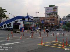 大田駅前です。 広場の向こうに、地下鉄駅の入口が口を開けています。 なんか電車みたいな形になっていますが、何の電車なのでしょうか?