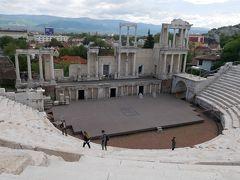 ここ、ローマ劇場跡は2世紀に建てられた劇場。 音響効果を高めるため半円形をした劇場となっている。 その周囲は大理石のようなローマン・コンクリートで出来ている3000人収容できる観客席が取り囲み、遠くはロドビ山脈までも見渡せる眺め最高のロケーション。