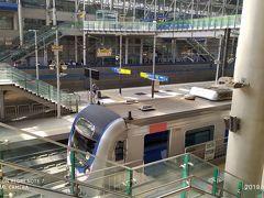 次の目的地は、ソウル首都圏郊外、義王市にある鉄道博物館です。 ガイドブックや過去の旅行記は、ソウル都心から地下鉄1号線で1時間とあります。 ソウルからではなく、反対の南側から向かうにはどう行くのか? 出発前にいくつか案を考えました。 ①世宗市→五松駅-(SRT)→芝制駅-(1号線)→義王駅 ②世宗市→五松駅-(KTX)→光明駅-(何らかの方法で1号線へ)→義王駅 ③世宗市でバス乗り換え→鳥致院駅-(ムグンファ号)→水原駅-(1号線)→義王駅  バス到着が見込まれる時間帯に五松と芝制の両方に止まるSRTがなかったので①案はダメ、③案はムグンファ号が満席だったのでダメ。消去法で②案となり光明駅に降り立つ。  光明駅から1号線に乗り換える方法も考えていました。 ①龍山行きの光明シャトルという電車に乗り、一駅目の衿川区庁駅で折り返す ②バスで冠岳駅に出る  光明駅に着いたとき、光明シャトルの電車が見えました。 着いている=もうすぐ出るだろうという見込みで乗り換え。 ホームに降りてみると電車はガラガラで出発は30分ほど先。 思い返してみると、改札の前にも電光掲示板があり、出発時刻を書いてありました。休日は3~40分ごとの運行のようです。  この旅行記を書いている今になって、Konestのアプリで鉄道博物館までのタクシールートを検索したところ、所要時間25分、料金2000円弱とのこと。 衿川区庁から地下鉄乗っている時間も長いし、駅降りてからも少し歩くので、タクシーがベストチョイスかもしれません。