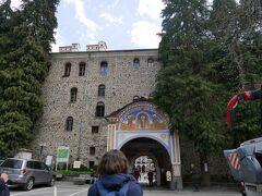さて、再び車に乗って5分ほどでリラの僧院到着。