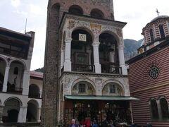 こちらは僧院内で唯一1833年の火災を免れたのフレリョの塔。 これは14世紀にセルビアの貴族フレリョ・ドロゴボラの寄進により造られたものが当時のままの姿がそこに残されている。 塔の名前はこの人が由来だとか。