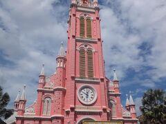 ホテルからタクシーでタンディン教会へ。インスタ映えで急に人気が出た教会らしいです。教会自体は1876年建造。