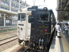 2番線に向かうとすでに特急「指宿のたまて箱3号」はホームに入っていました。 白と黒で塗られた顔がなんだか猫みたい。 人気の観光特急です。JR九州ではD&S列車(デザイン&サービス列車)と呼んでいます。