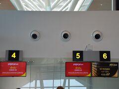 タイ・ベトジェット航空でバンコクへ向かいます。ダナン国際空港のチェックインカウンターです。