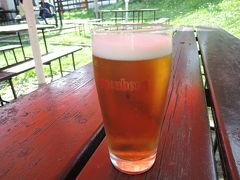 ビール工場の脇のレストランで出来立てのビールが飲めます。