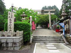 梅田から寄り道せずに来ても2時間、ようやく妙見山の入口につきました。神仏習合時代の名残からと思われますが、入口に鳥居が建っており、神社のような雰囲気でした。