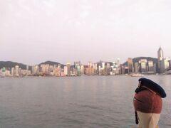 九龍島再上陸後は、例のあのお方を拝みに行ってみようと思います。 うーん曇天。  辛うじて香港島のビル群がみえるぐらいかな